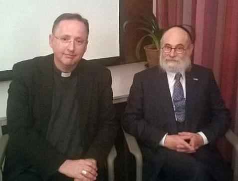 Opperrabbijn Jacobs en hulpbisschop Woorts in gesprek